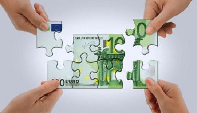 Cuatro manos armando un rompe cabezas de euros